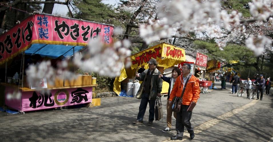 18.abr.2016 - Masahiko Sato, 61, se reúne com companheiros para um passeio no parque Omiya, no norte de Tóqui (Japão), para observar as cerejeiras florescendo. Há dez anos ele foi diagnosticado com mal de Alzheimer e chegou a pensar que sua vida estava acabada por causa da doença