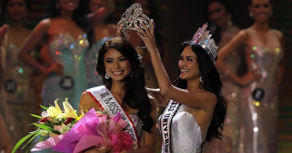 18.abr.2016 - Maxine Medina é coroada Miss Filipinas 2016. A beldade foi coroada por Pia Alonzo Wurtzbach, a Miss Filipinas 2015 e que foi coroada Miss Universo. O concurso aconteceu na cidade de Quezon