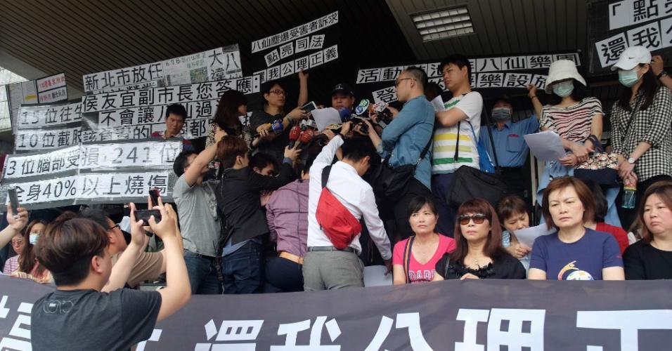 26.abr.2016 - Parentes das vítimas de explosão ocorrida durante uma festa organizada em um parque aquático protestam em Taipei, capital de Taiwan. O acidente, ocorrido em junho de 2015, deixou 15 pessoas mortas. Os manifestantes pedem que as autoridades locais sejam também responsabilizadas, além do organizador da festa, que foi condenado a quase  cinco anos de prisão