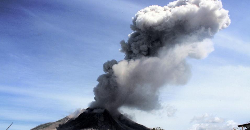 25.mai.2016 - O vulcão Sinabung expele cinza em imagem feita desde o distrito de Karo, no norte da província de Sumatra, na Indonésia. Equipes de resgate buscam sobreviventes em aldeias queimadas e terras devastadas após o vulcão entrar em erupção no dia 23 de maio, matando sete e deixando feridos que lutam para sobreviver às queimaduras