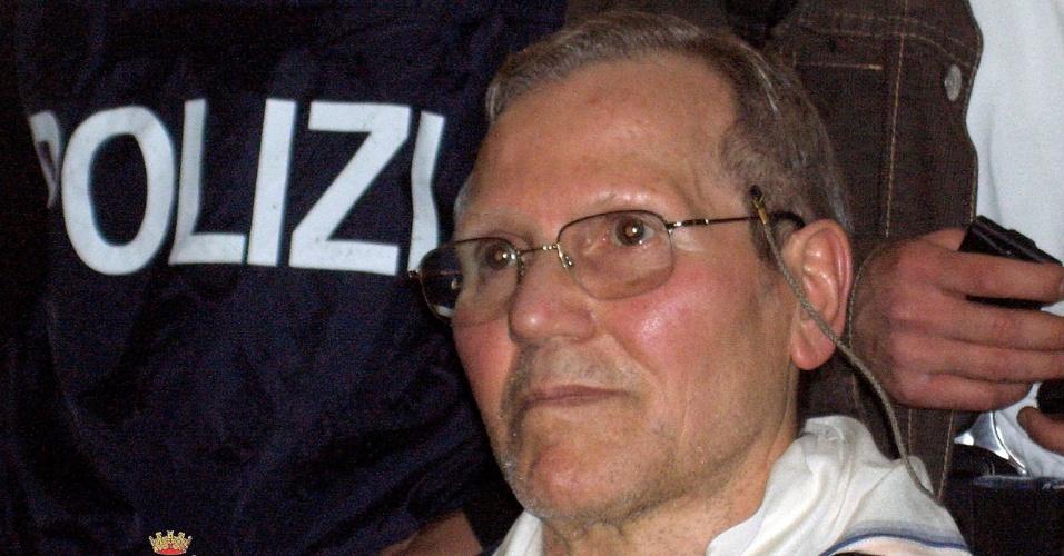 11.abr.2006 - Foto de abril de 2006 mostra o chefe da máfia siciliana Bernardo Provenzano na sede da polícia de Palermo, Itália, após ser preso