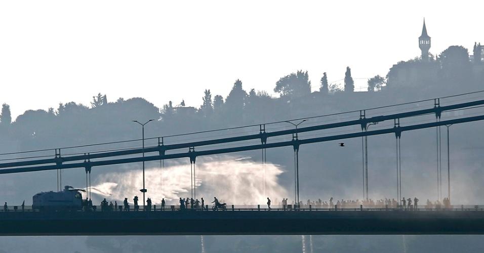16.jul.2016 - Polícia usa canhão d'água para dispersar forças contrárias ao governo na ponte do Bósforo, que liga os lados europeu e asiáticos de Istambul, na Turquia