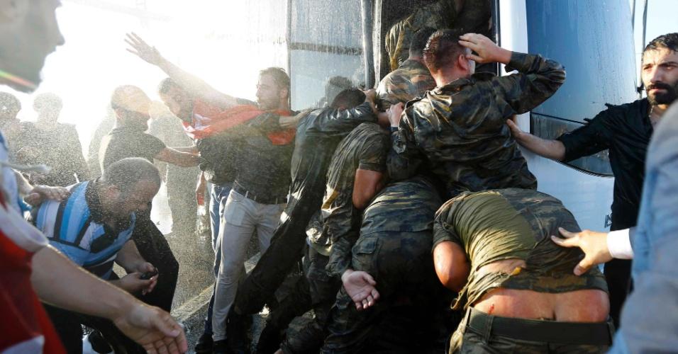 16.jul.2016 - Soldados envolvidos na tentativa de golpe na Turquia se empurram para conseguir entrar em ônibus e escapar da multidão revoltada. Os militares se renderam depois de tomarem as pontes que cruzam o Estreito de Bósforo, em Istambul