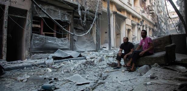 O bairro de Karm al-Jabal, em Aleppo, na Síria, foi alvo de bombardeios aéreos neste fim de semana