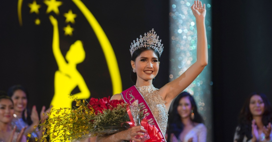 6.out.2016 - Zun Than Sin, 21, formada em cinema, acena logo após ser coroada Miss Mianmar 2017