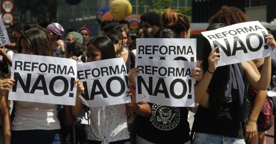 18.out.2016 - Estudantes fazem novo protesto contra reforma do ensino médio em frente ao vão Masp, na Avenida Paulista, região centro-sul da cidade de São Paulo. O ato foi organizado pelo movimento Secundaristas em Luta.
