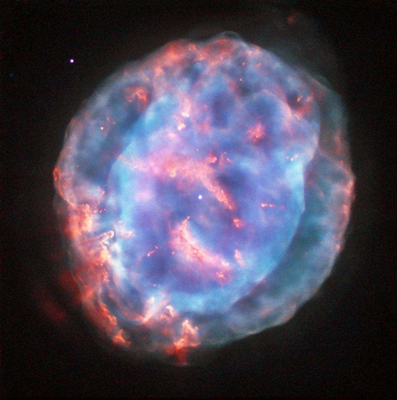 """7.nov.2016 - NEBULOSA ROSA E AZUL- O telescópio espacial Hubble fotografou a nebulosa planetária NGC 6818 e usou uma mistura de filtros para ressaltar as cores e """"exibi-la em toda sua beleza"""", de acordo com a ESA (Agência Espacial Europeia). Essa linda nuvem de gás foi formada há cerca de 3.500 anos, quando uma estrela parecida com o Sol chegou ao fim de sua vida e ejetou suas camadas no espaço. Enquanto as camadas de material estelar se espalhavam elas ganhavam novas e incomuns formas"""