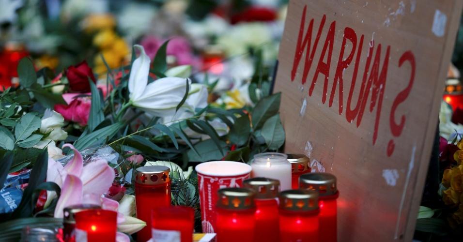 """20.dez.2016 - Placa dizendo """"Por quê?"""" é deixada no mercado de Natal de Berlim, capital da Alemanha, onde houve, na véspera, um ataque que deixou ao menos 12 mortos e dezenas de feridos"""