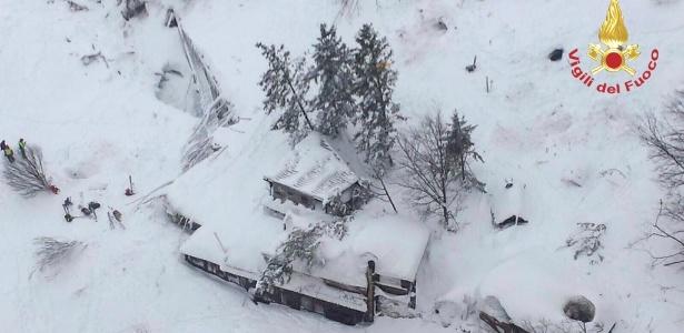 Imagem aérea mostra hotel na região de Farindola soterrado por neve na Itália após avalanche causada por terremotos