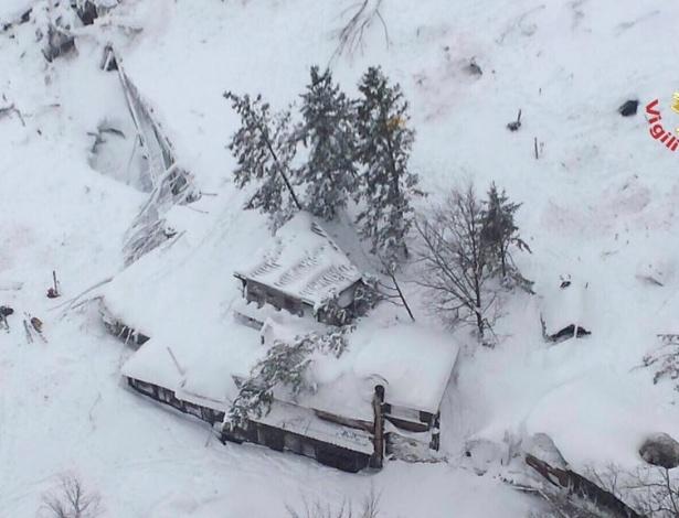 Imagem aérea mostra hotel soterrado por neve após avalanche causada por terremotos