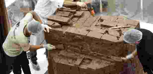 O processo de construção do coelhão de chocolate - Casa do Chocolate/Divulgação