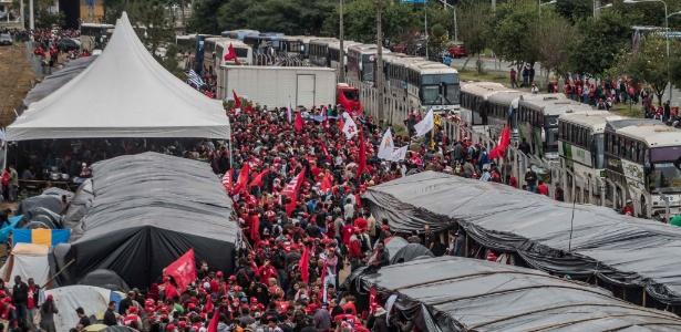 Integrantes do MST (Movimento dos Sem Terra) acampam em terreno ao lado da rodoviária de Curitiba para aguardar o depoimento de Lula na Justiça Federal