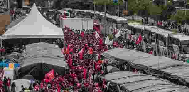 Integrantes do MST acampam em terreno ao lado da rodoviária de Curitiba (PR) para aguardar o depoimento do ex-presidente Luiz Inácio Lula da Silva, na Justiça Federal de Curitiba - Taba Benedicto - 10.mai.2017/Estadão Conteúdo - Taba Benedicto - 10.mai.2017/Estadão Conteúdo