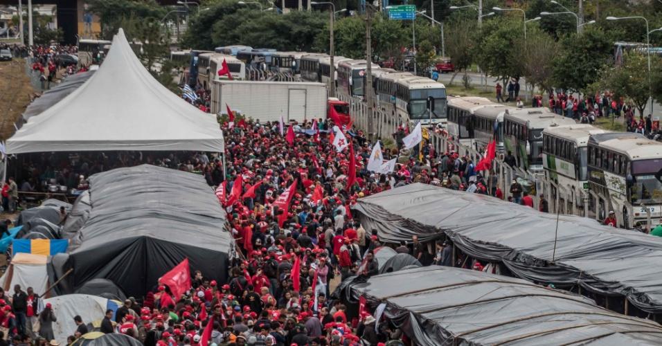 Integrantes do MST acampam em terreno ao lado da rodoviária de Curitiba (PR) para aguardar o depoimento do ex-presidente Luiz Inácio Lula da Silva, na Justiça Federal de Curitiba