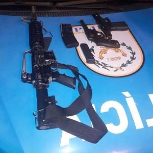 Os bandidos deixaram para trás armas, que foram apreendidas pela polícia