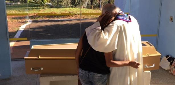 Aristildes Silva Santana é abraçada pelo padre Júlio Lancellotti no cemitério de Perus