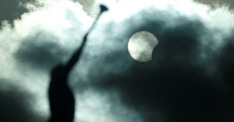21.ago.2017 - Eclipse solar parcial é visto sobre a estátua do Anjo Moroni, em Manaus