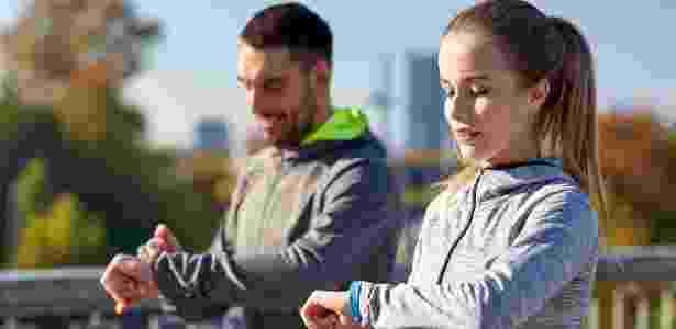 casal corrida relógio controle correr  - iStock - iStock