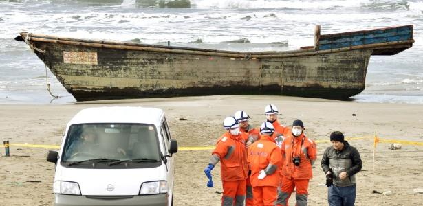 27.nov.2017 - Barco onde foram encontrados oito corpos é visto em Oga, no Japão