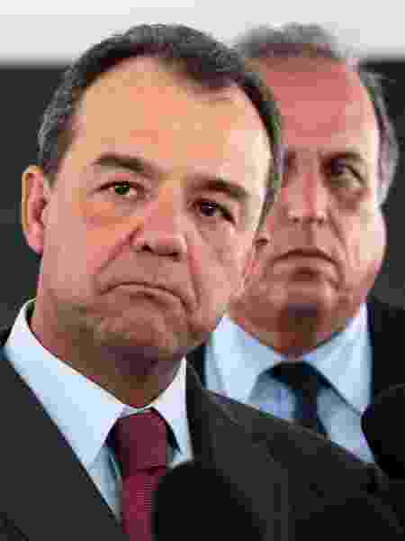 21/03/2014 - Sérgio Cabral e Luiz Fernando Pezão (em segundo plano) - Jorge William/Agência O Globo