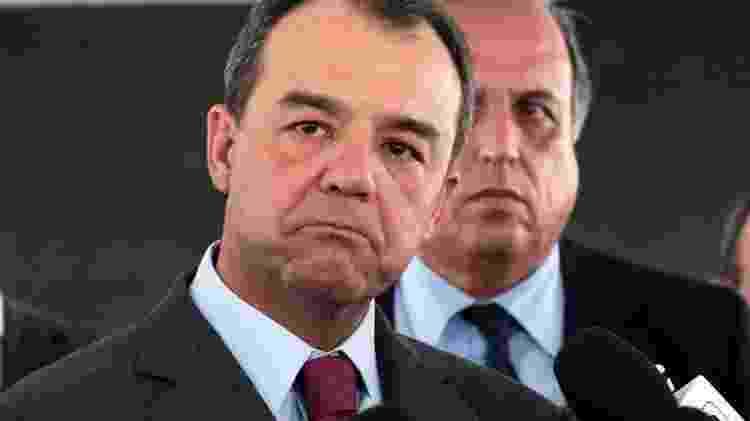 21.mar.2014 - Sérgio Cabral e Luiz Fernando Pezão (em segundo plano) - Jorge William/Agência O Globo