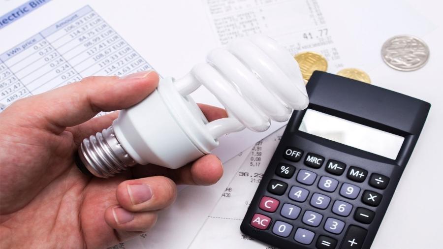 conta de luz, energia elétrica, economia, calculadora, lâmpada - Getty Images