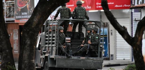 1.jan.2018 - Tropas federais patrulham ruas de Natal nesta segunda-feira