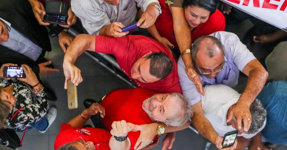 Ex-presidente Lula interage a militantes no Sindicato dos Metalúrgicos do ABC enquanto acompanha julgamento no TRF4, em Porto Alegre