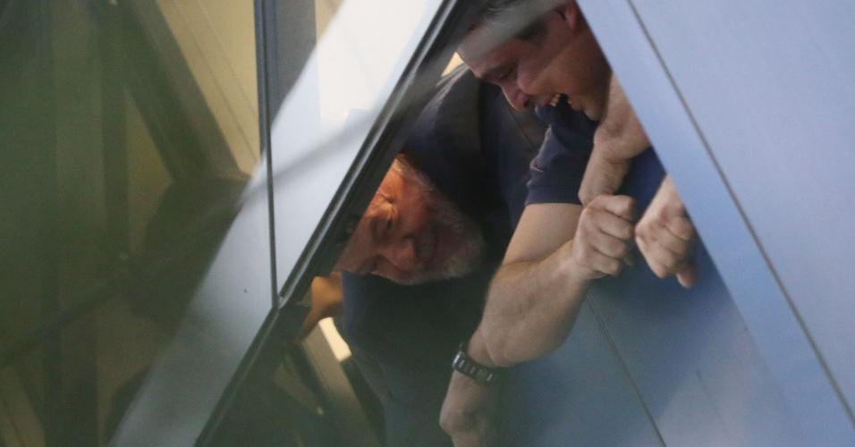 Ex presidente Lula acena de janela no Sindicato dos Metalúrgicos em São Bernardo do Campo. O petista --que deveria ter se entregado até as 17h na capital paranaense-- deverá cumprir pena de 12 anos e um mês de prisão