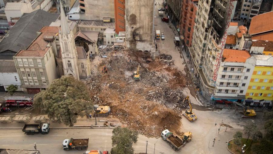 7.mai.2018 - Bombeiros realizam trabalhos de busca por possíveis vítimas nos escombros do edifício Wilton Paes de Almeida - Marcelo Gonçalves/Estadão Conteúdo