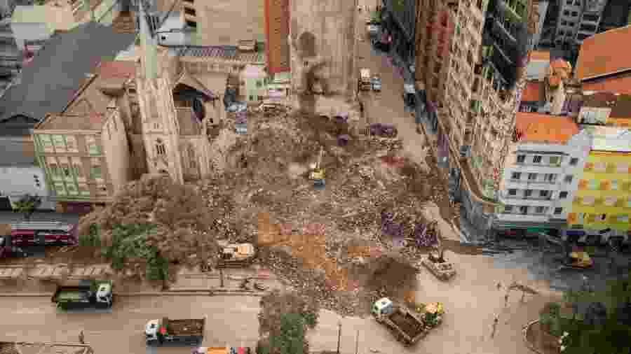 7.mai.2018 - Bombeiros realizam trabalhos de busca por possíveis vítimas do desabamento do edifício Wilton Paes de Almeida - Marcelo Gonçalves/Estadão Conteúdo