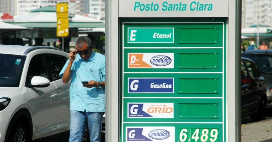 Posto de combustível na avenida Atlântica, em Copacabana, zona sul do Rio de Janeiro, com falta de combustível nas bombas na manhã desta quinta-feira (24). O sindicato do comércio varejista de combustíveis do Rio de Janeiro prevê que 50% dos postos da capital fluminense ficarão totalmente sem combustível para venda nesta quinta. O motivo é a paralisação de caminhoneiros desde segunda (21) em todo o país