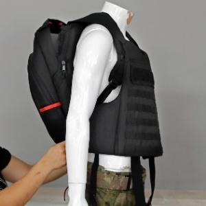 Mochila à prova de balas desenvolvida pela fabricante Masada Armour. Segundo a empresa, centenas de exemplares foram vendidos após o massacre em uma escola de Parkland (EUA). Modelos mais caros prometem proteção até mesmo contra tiros de fuzis de assalto - AFP