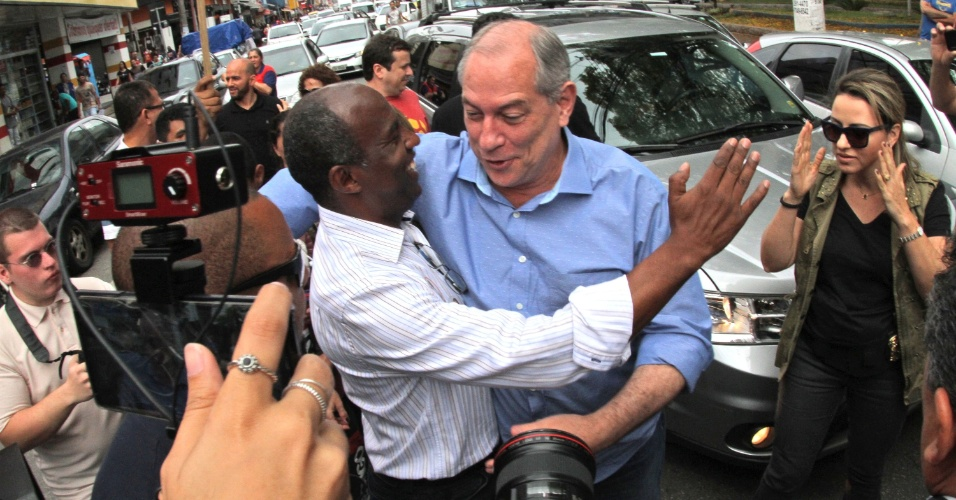 1.out.2018 - O candidato à Presidência da República, Ciro Gomes (PDT), acompanhado do candidato a governador de São Paulo, Marcelo Cândido (PDT), faz campanha eleitoral na cidade de Suzano (SP), nesta segunda-feira (01