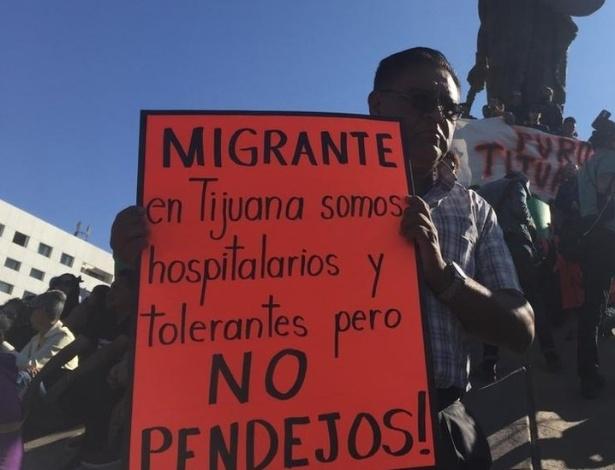 """""""Migrantes, em Tijuana somos hospitaleiros e tolerantes, mas não somos idiotas"""", dizia um cartaz de protesto - BBC"""