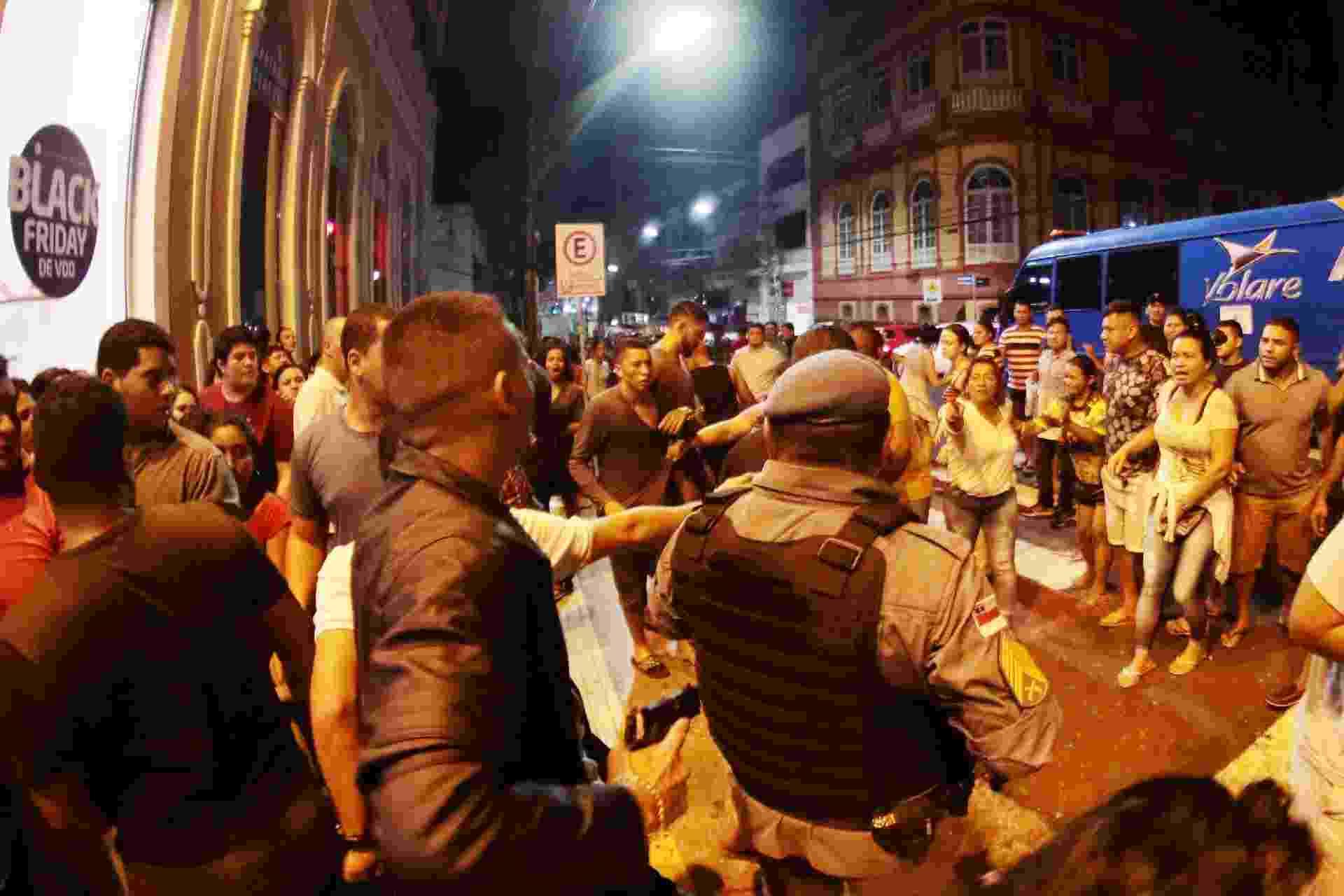 Tumulto na porta de loja de calçados no centro de Manaus (AM), na madrugada desta sexta-feira (23), durante a Black Friday. Consumidores enfrentaram longas filas para entrar na loja. O tumulto começou quando alguns tentaram furar a fila. Um tiro foi disparado para o alto durante a confusão. A Polícia Militar estava no local, mas não conseguiu efetuar a prisão do atirador - Edmar Barros/Futura Press/Estadão Conteúdo
