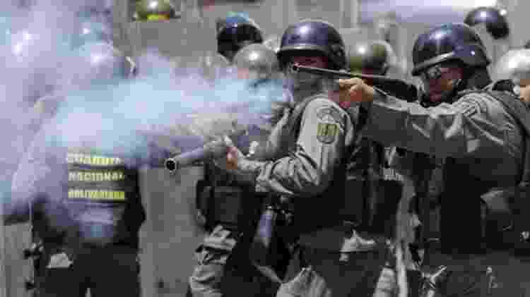 A oposição da Venezuela apelou aos militares para que defendam a Constituição e parem de reprimir manifestações contra o governo - AFP/BBC - AFP/BBC