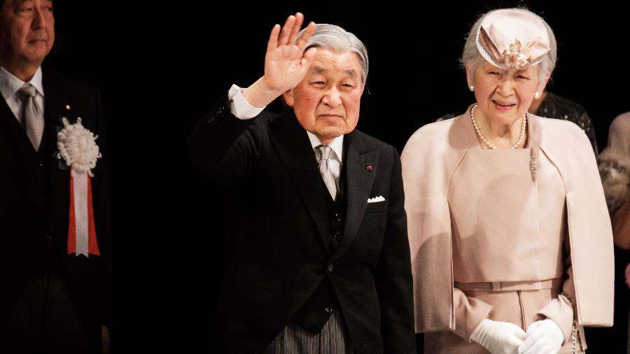 24.fev.2019 - O imperador Akihito, que abdicará em 30 de abril, deixa o Teatro Nacional do Japão em Tóquio após cerimônia por seus 30 anos de trono, ao lado da imperatriz Michiko - Nicolas Datiche/AFP