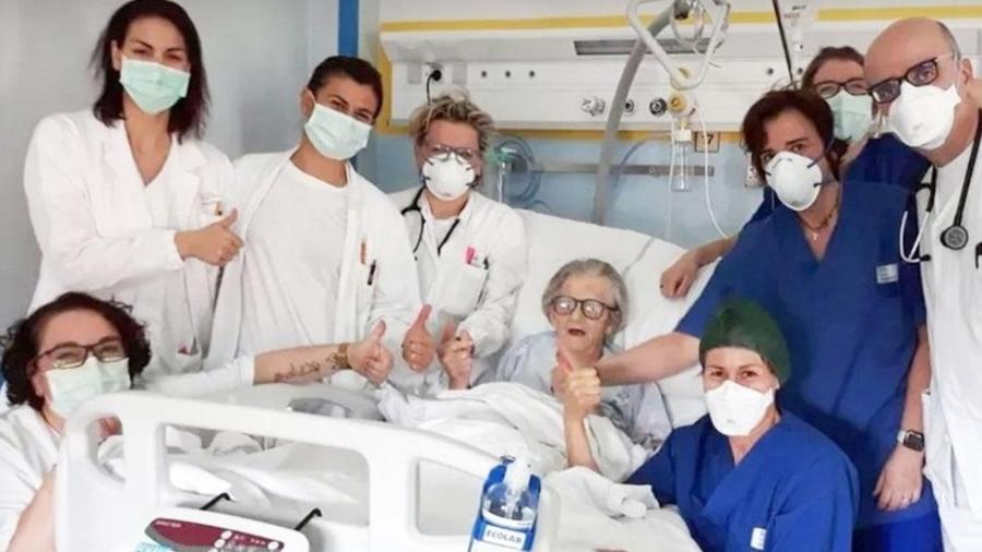 Alma Clara Corsini com a equipe médica que a tratou no hospital Pavullo em Modena, Itália - Hospital de Pavullo