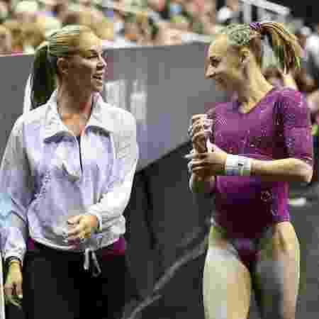 Ex-treinadora olímpica Maggie Haney conversa com ginasta Olivia Greaves - Denny Medley