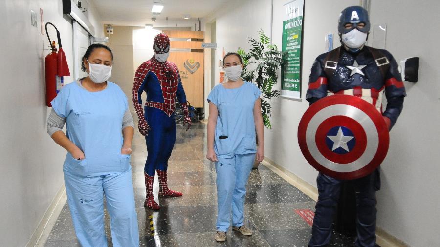 Hospital da PUC Campinas, SP, leva super heróis para homenagear enfermeiros que estão na linha de frente contra o novo coronavírus - WAGNER SOUZA/ESTADÃO CONTEÚDO