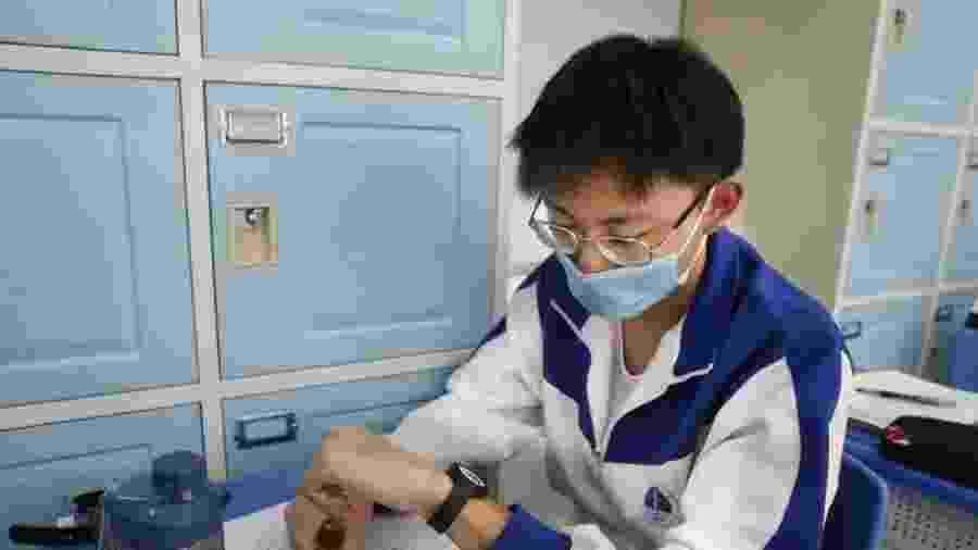 Testes da pulseira estão sendo feitos com professores e alunos de 18 escolas do ensino médio no distrito de Fengtai. - Divulgação/Prefeitura de Pequim (beijing.gov.cn)