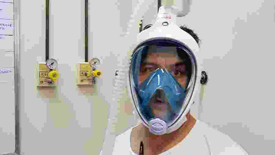Voluntário da ONG Expedicionários da Saúde usa máscara de mergulho que ajuda doentes de covid-19 - Divulgação/ ONG EDS