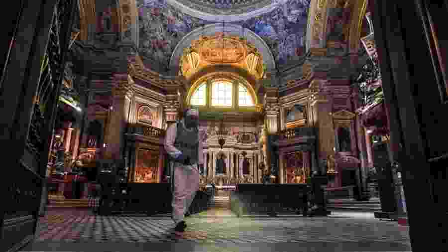 22.mai.2020 - De equipamento de proteção, soldado do Exército italiano limpa Capela de San Gennaro, na Catedral de Nápoles - Salvatore Laporta/KONTROLAB/LightRocket via Getty Images