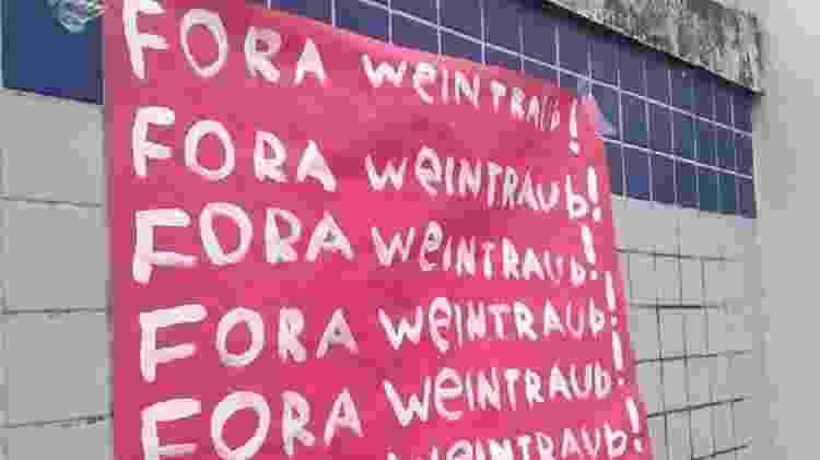 Alunos do CEFET-RJ protestaram com faixas e cartazes contra o ministro da educação - Reprodução/Twitter - Reprodução/Twitter