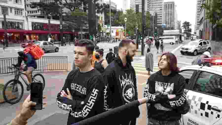 14.jun.2020 - Jovens com suásticas nas roupas são detidos durante protesto na avenida Paulista - Comissão de Direitos Humanos da OAB