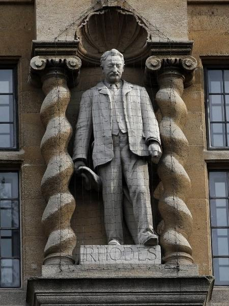A estátua de Cecil Rhodes na entrada da Universidade de Oxford - Adrian Dennis/AFP