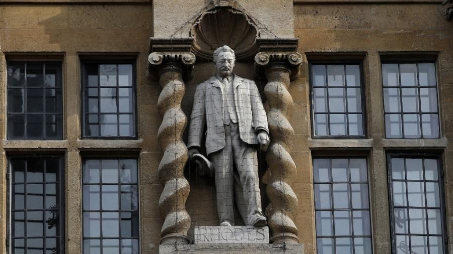 17.jun.2020 - Estátua do britânico Cecil Rhodes, na Universidade de Oxford, na Inglaterra, será removida. O empresário imperialista Rhodes é alvo de protestos da comunidade universitária, que ganhou força com o movimento #BlackLivesMatter - Adrian Dennis/AFP