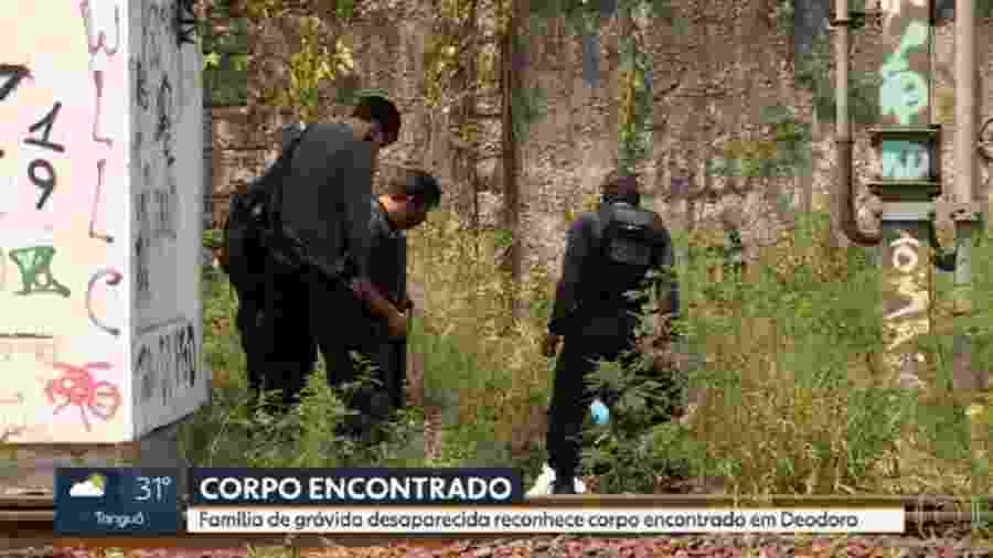 Policiais do Rio em local onde corpo foi encontrado em Deodoro - Reprodução/TV Globo