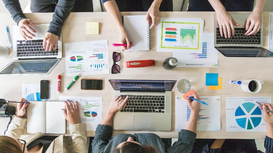 Reunião de negócios, vista do alto, com gráficos e planilhas - Matthew Henry/Burst
